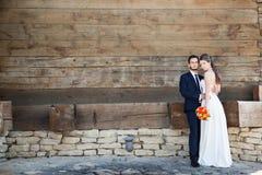 Dans l'épouse et le marié d'amour dans le jour du mariage Images stock
