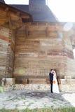 Dans l'épouse et le marié d'amour dans le jour du mariage Image stock