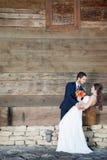 Dans l'épouse et le marié d'amour dans le jour du mariage Photographie stock libre de droits