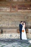 Dans l'épouse et le marié d'amour dans le jour du mariage Photo stock