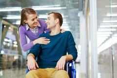 Dans l'amour avec l'homme handicapé Image stock