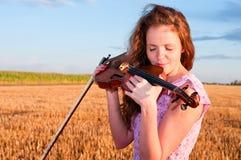 Dans l'amour avec la musique. Baisers de femme Photos stock