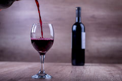 Dans l'amour avec un vin rouge Photos libres de droits