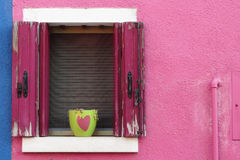 Dans l'amour, d'un balcon d'île de Burano Venise Images stock