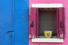 Dans l'amour, d'un balcon d'île de Burano Venise Photographie stock