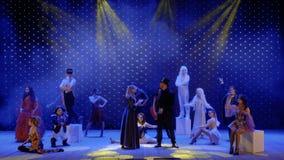 Dans l'amour le couple chante ensemble sur l'étape dans le théâtre moderne clips vidéos