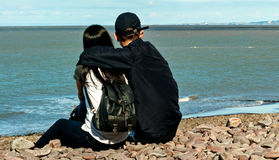 Dans l'amour regardant la mer Image stock