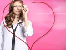 Dans l'amour une femme dessine un symbole de coeur devant vous Photos libres de droits