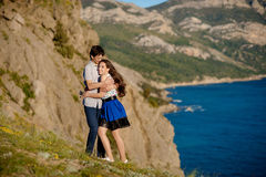 Dans l'amusement de baiser de bonheur de coupleCouple d'amour Jeunes couples interraciaux embrassant rire la datte caucasien photo libre de droits