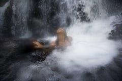 Dans l'eau à une cascade à écriture ligne par ligne Photo stock