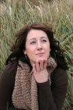 Dans l'herbe avec la main au visage Image libre de droits