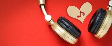 Dans l'humeur pour l'écouteur d'or des textes de musique Photographie stock