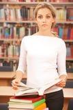Dans la bibliothèque image stock