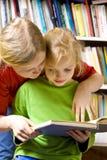 Dans la bibliothèque Photos stock