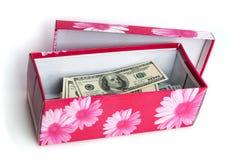 Dans la boîte empilée sous forme de paquet de factures de cent dollars US photo libre de droits