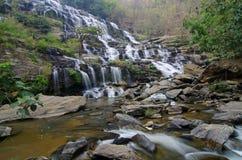 Dans la cascade à écriture ligne par ligne profonde de forêt photos stock