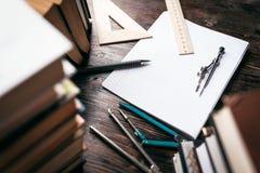 Dans la classe de dessin, règles, boussoles Image stock