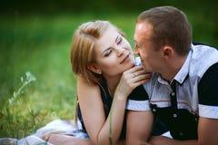 Dans la femme et l'homme d'amour dans la forêt Image stock