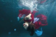 Dans la fille de danse sous-marine de piscine images libres de droits