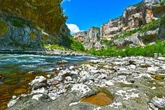 Dans la frontière de la rivière d'Irati en canyon de Lumbier Images libres de droits
