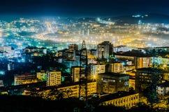 Dans la lumière une brume brille les lumières de la ville de nuit photographie stock libre de droits