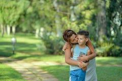Dans la mère et le fils de parc Photo stock