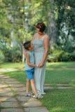 Dans la mère et le fils de parc Photo libre de droits