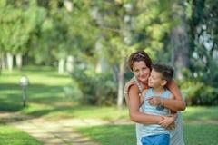Dans la mère et le fils de parc Photographie stock