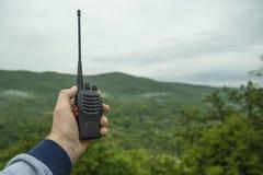 Dans la main d'un talkie-walkie d'homme pour extérieur image libre de droits