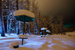 Dans la neige une table métallique pour le pique-nique dans la zone de Forest Park en hiver photo libre de droits