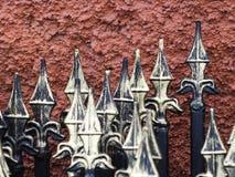 Dans la perspective du mur fait une pointe des barrières en métal de barrières photographie stock