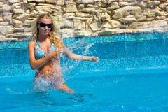 Dans la piscine images libres de droits