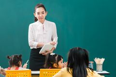 Dans la salle de classe, les étudiants font leur exercice images libres de droits
