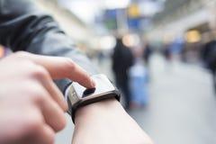 Dans la station de hall un homme employant son smartwatch Mains en gros plan Photo libre de droits