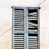 dans la vieille architecture de l'Europe Italie et le mur d'abat-jour vénitiens Images stock