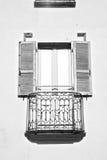 dans la vieille architecture de l'Europe Italie et le mur d'abat-jour vénitiens Photographie stock