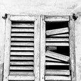 dans la vieille architecture de l'Europe Italie et le mur d'abat-jour vénitiens Photo libre de droits