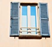 dans la vieille architecture de l'Europe Italie Milan et le mur d'abat-jour vénitiens Images stock
