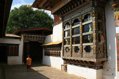 Dans lacour (Chimi Lhakhang - Lobesa - Bhoutan) Royaltyfri Foto