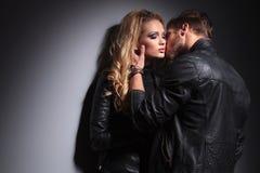 Dans le baiser de couples de mode d'amour Photographie stock