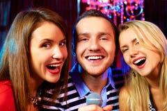 Dans le bar karaoke Images libres de droits