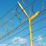dans le barbwire de l'Oman à l'arrière-plan et au ciel nuageux Photographie stock libre de droits