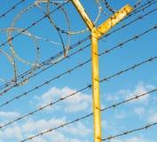 dans le barbwire de l'Oman à l'arrière-plan et au ciel nuageux Image libre de droits