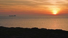Dans le bateau de navigation de mer ouverte au coucher du soleil banque de vidéos