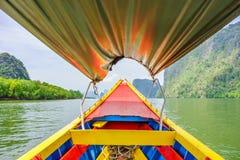 Dans le bateau en bois coloré de vintage à la baie de Phang Nga Photo libre de droits