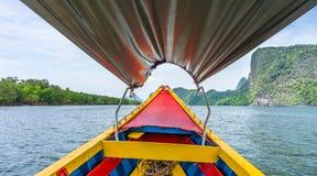 Dans le bateau en bois coloré de vintage à la baie de Phang Nga Images libres de droits
