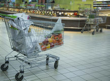 Dans le chariot à supermarché avec le poivre et d'autres produits image stock