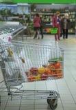 Dans le chariot à supermarché avec le poivre et d'autres produits images stock