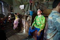 Dans le des coulisses d'un opéra chinois, les acteurs finissent de s'habiller et Images stock