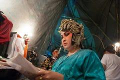 Dans le des coulisses d'un opéra chinois, les acteurs finissent de s'habiller et Image libre de droits